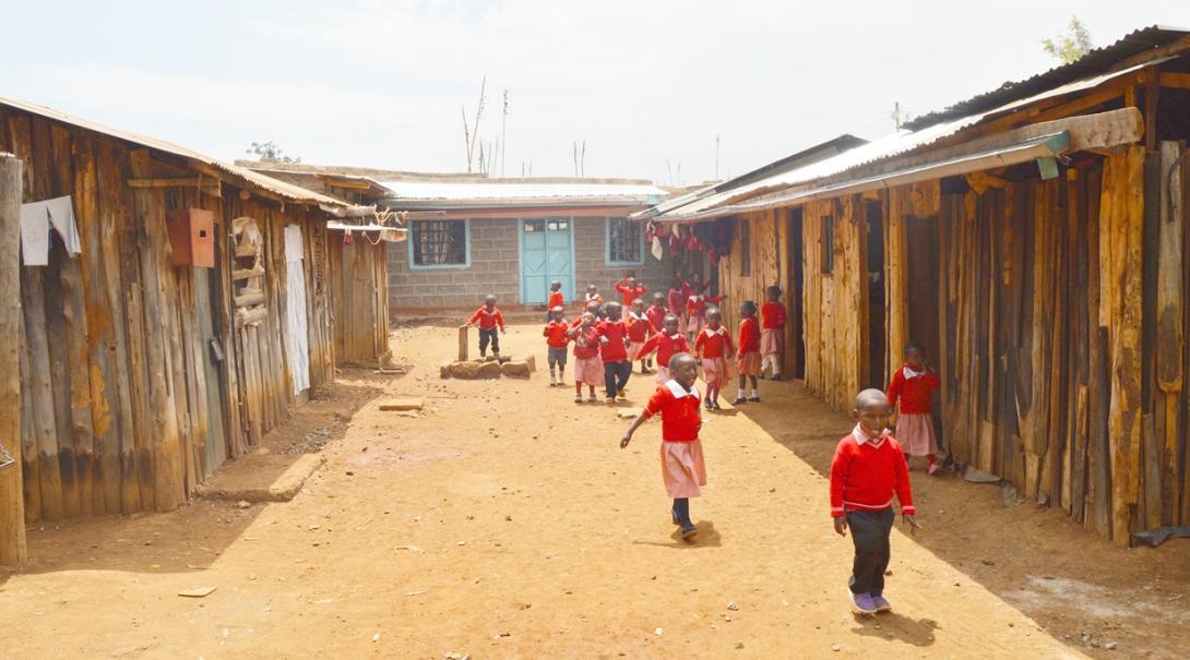 ケニアの貧困地域の学校で学ぶ幼い子供たち